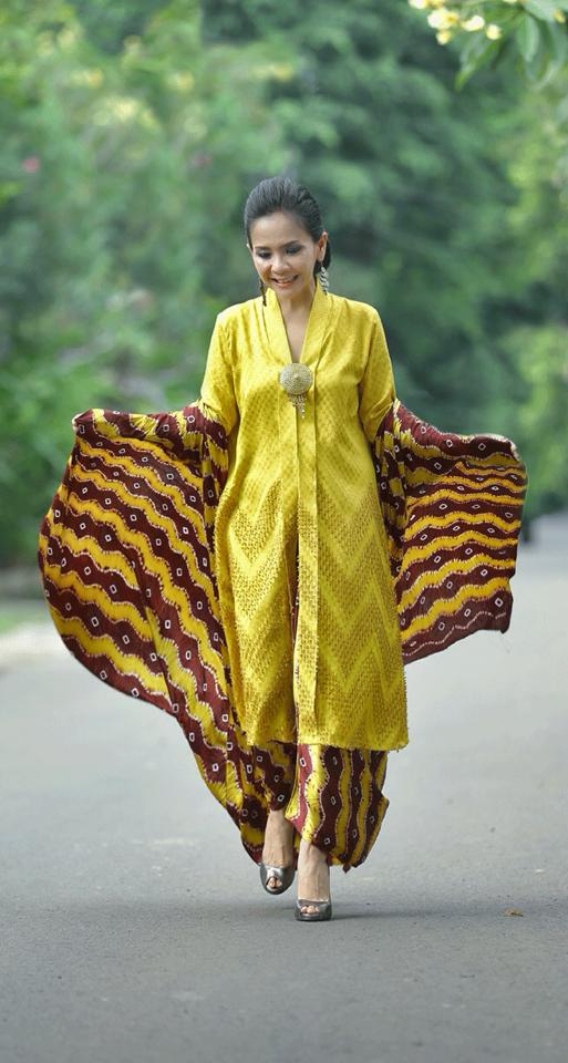 The beautiful mba Yani in yellow tenun kebaya and kain Jumputan