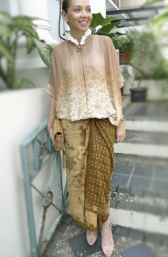 Love the easiness of this batik outfit.  Bin House blouse and Lenan silk batik stola that I used as a wrap.